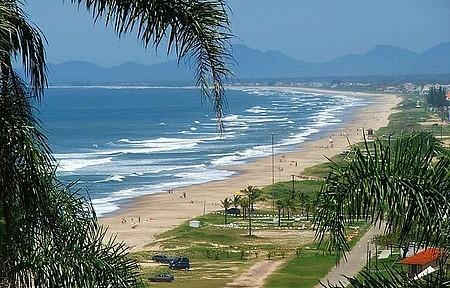 O acesso ao calçadão, a faixa de areia e a água continua proibido nos feriados e finais de semana em Guaratuba.